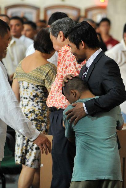 Después del servicio religioso recibió gustoso más cariño de sus fans.