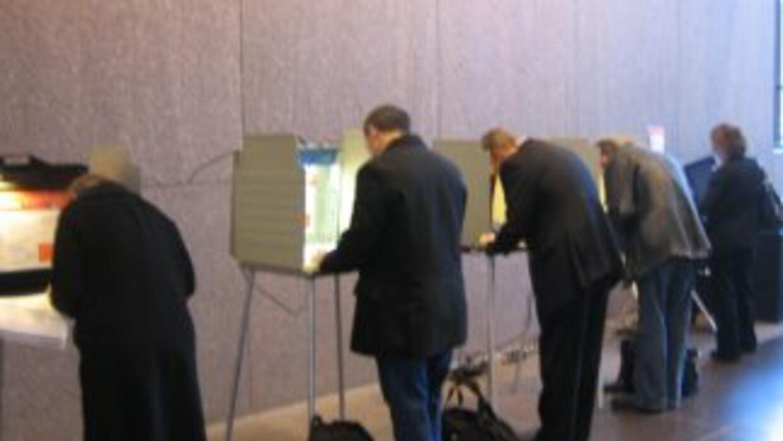 Un grupo de votantes participa en las elecciones en el centro de Chicago...
