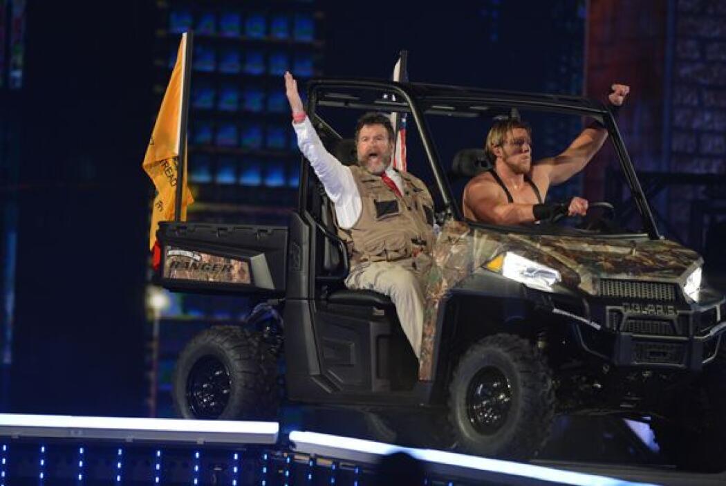 Jack Swagger hizo su entrada en un vehiculo de guerra acompañado, por su...