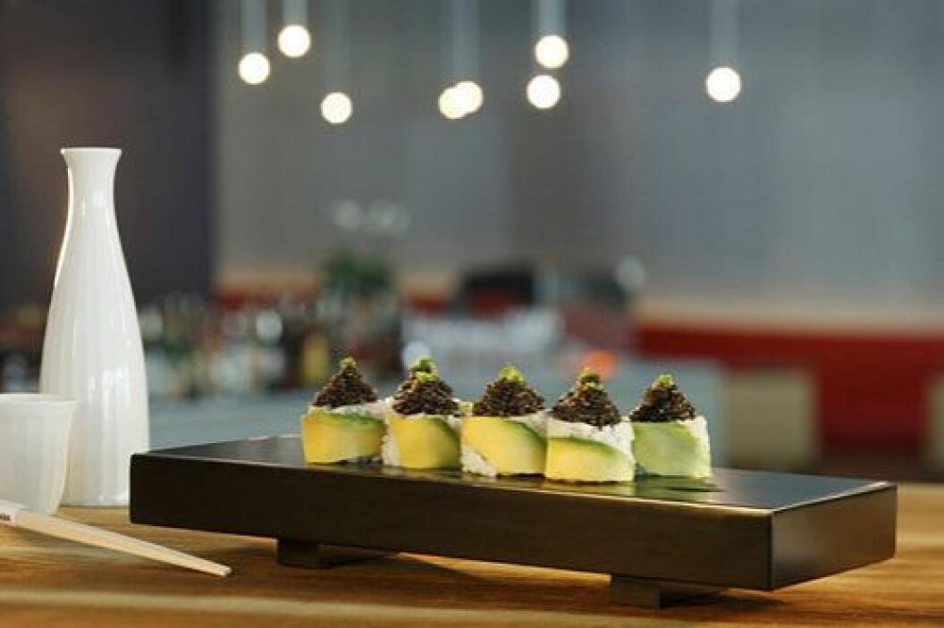 Este rollo de sushi hecho del costoso y raro atún japones llamado atún o...