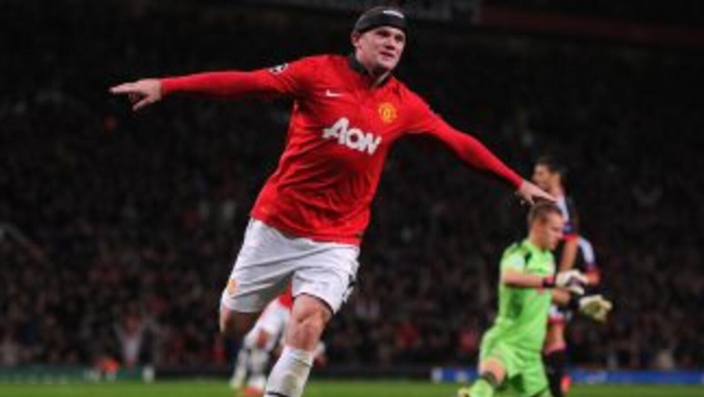 El delantero inglés, quien sigue usando una protección en su cabeza, mos...