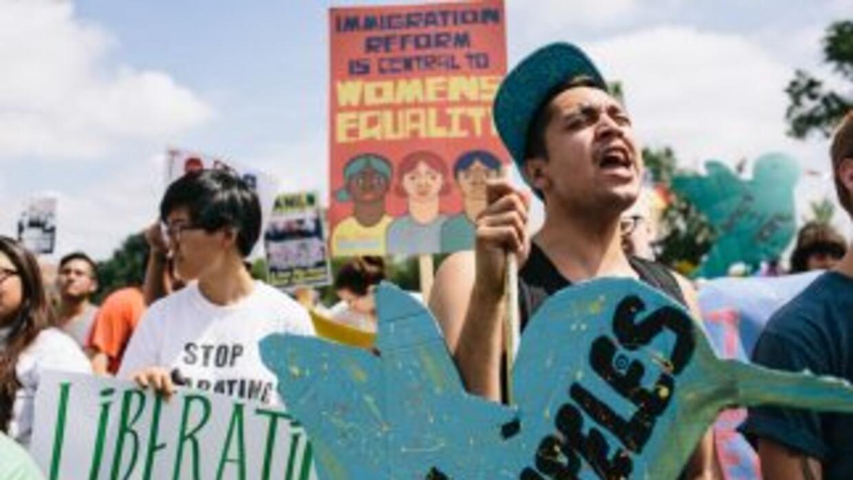 Activistas e inmigrantes durante una manifestación en Washington DC para...