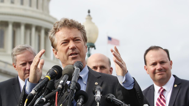 El senador republicano Rand Paul habla en una rueda de prensa junto a ot...
