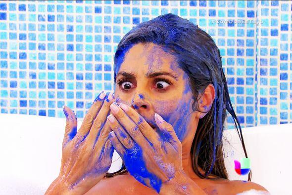 Sí, estás bañada en pintura azul. ¿Quién crees que Fue? ¡Claro, los geme...