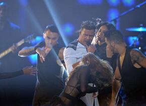Ricky Martin abrió la noche de Premios Juventud con su éxito 'La Mordidi...