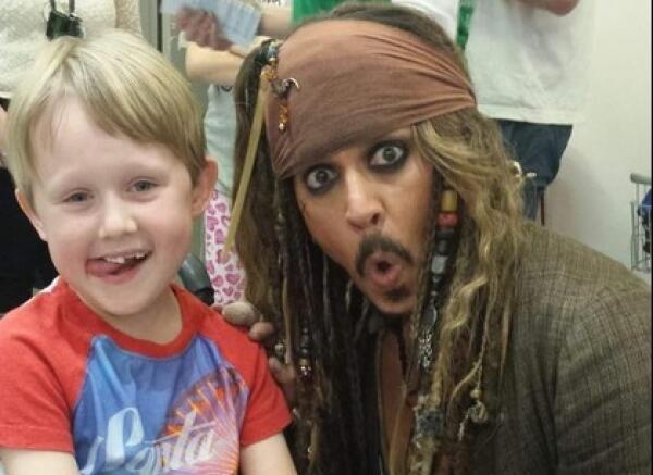 Johnny Depp visita a niños con cáncer vestido de Jack Sparrow twi.jpg