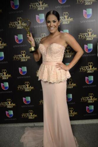 """Karla Martínez recibió su premio en nombre de """"Despierta América""""."""