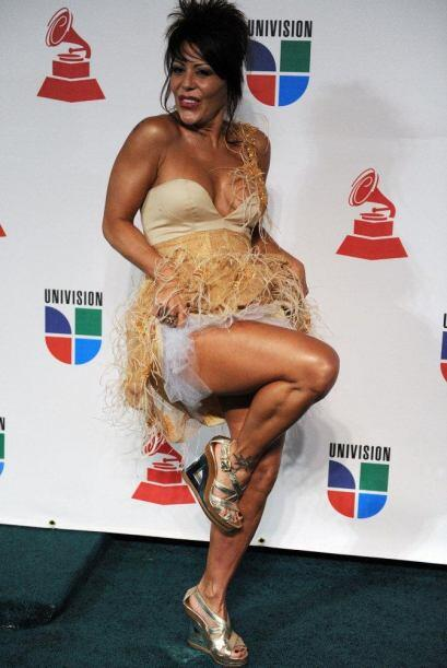 Alejandra merece ser felicitada por no temerle a este modelito de pájarr...