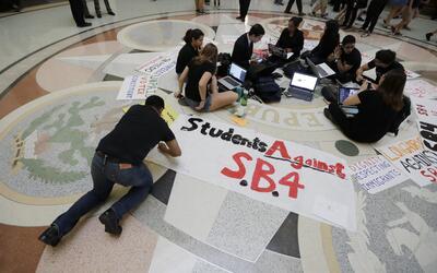 Estudiantes se congregan en el Capitolio de Texas para oponerse a la SB4...
