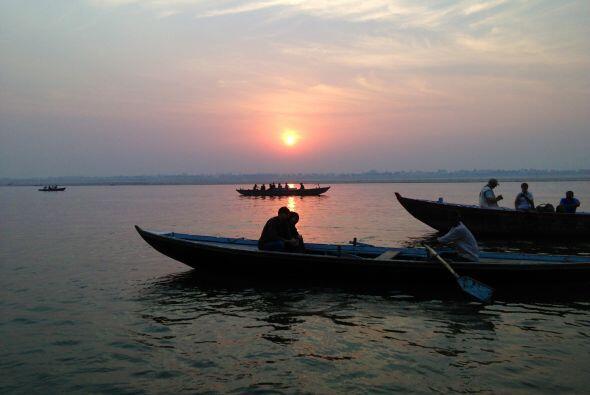 Esta postal del río Ganges es cortesía de Raúl de Molina, quien se encue...