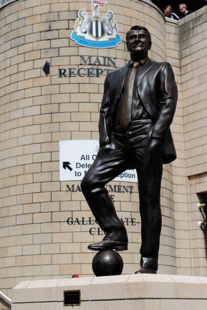 Dicho personaje es Sir Bobby Robson, quien falleció en el 2009 y fue uno...