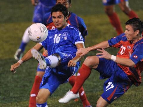 La selección de Costa Rica derrotó por 2-1 a la de El Salvador en un des...