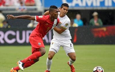Roderick Miller, de la selección de Panamá, trata de driblar a Diego Bej...