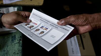 Abren las urnas en Colombia para la segunda vuelta de los comicios presi...