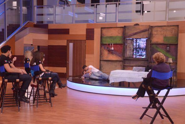 Antes de iniciar con la escena, Laura les habló sobre el estr&eac...