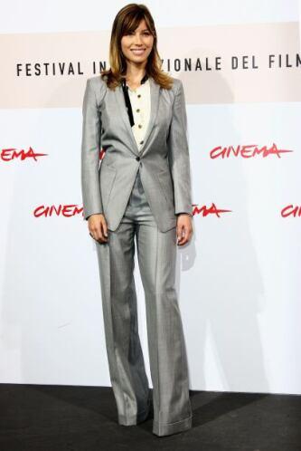 Jessica logró transformar un 'outfit' muy masculino en algo muy 'chic' c...