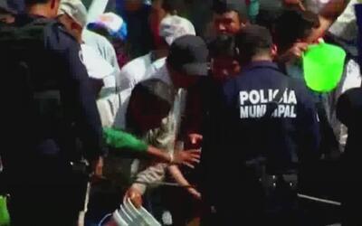 Policías mexicanos observan impasibles cómo habitantes de un poblado se...