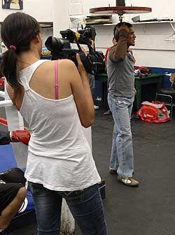 Ya relajado, el campeón ligero OMB y AMB, le dedica tiempo a los medios...