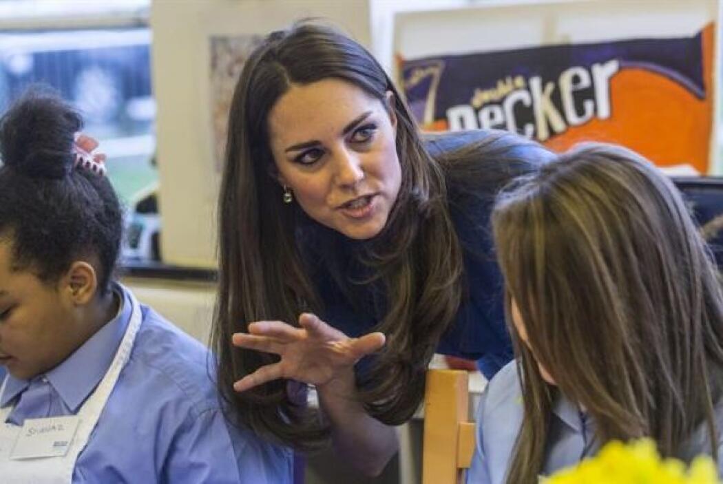 Por su parte, La duquesa Kate de Cambridge, habla con una alumna (i) dur...