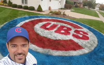 Angelo Imbrogno, fanático de los Cubs pinta el logo de su equipo...