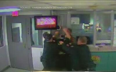 A puñetazo limpio, dos policías se enzarzan en una pelea en una cárcel d...