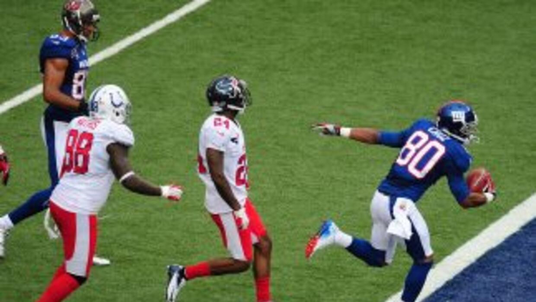En medio del tráfico, Víctor Cruz hizo la recepción y anotó su touchdown...