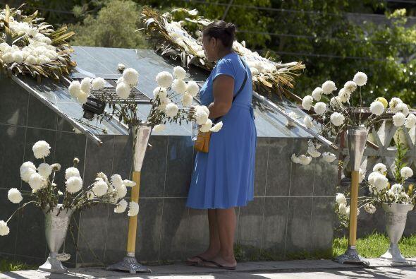 La madre de un estudiante asesinado visita el lugar donde se ha colocado...