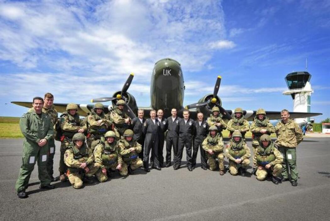 Miembros de la Fuerza Aérea Real británica saltaron desde un avión en el...