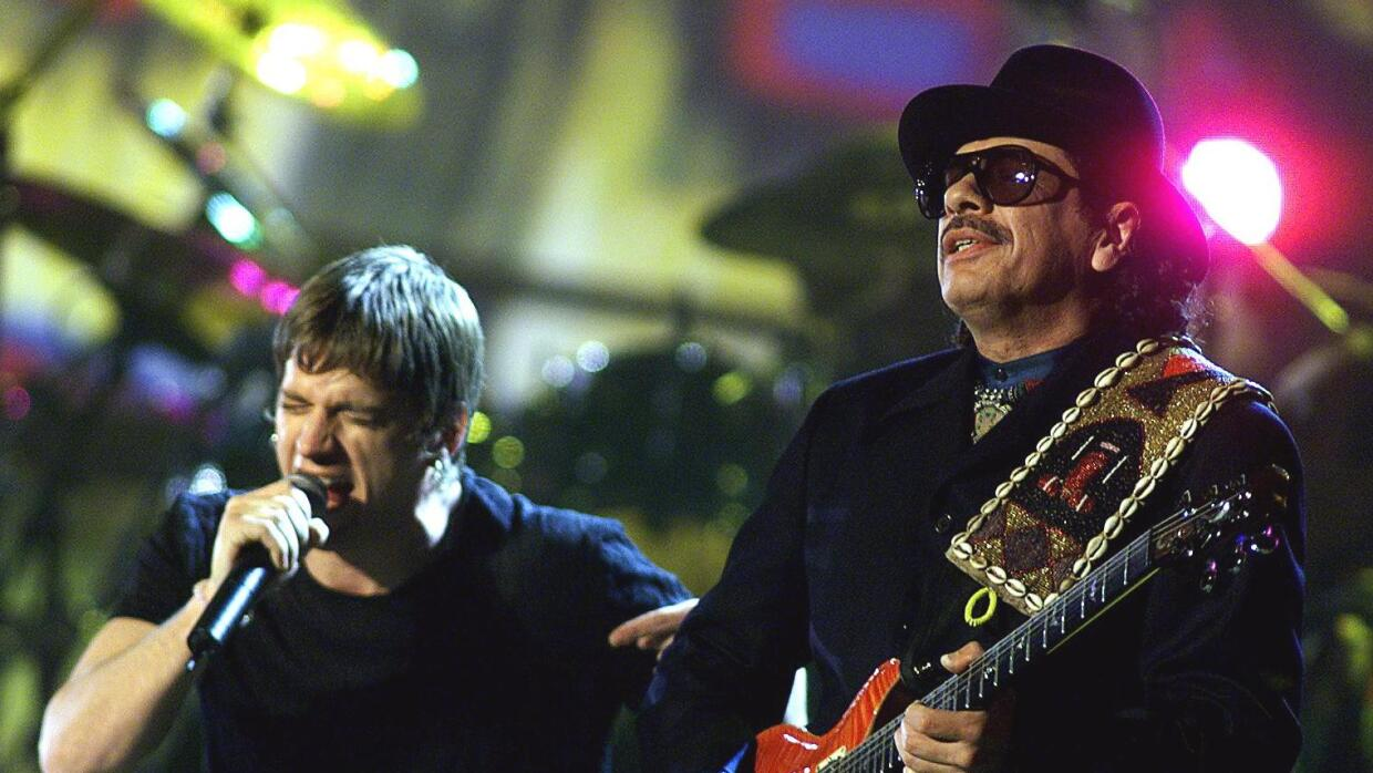 LOS ANGELES, UNITED STATES: Carlos Santana (R) and Rob Thomas perform du...