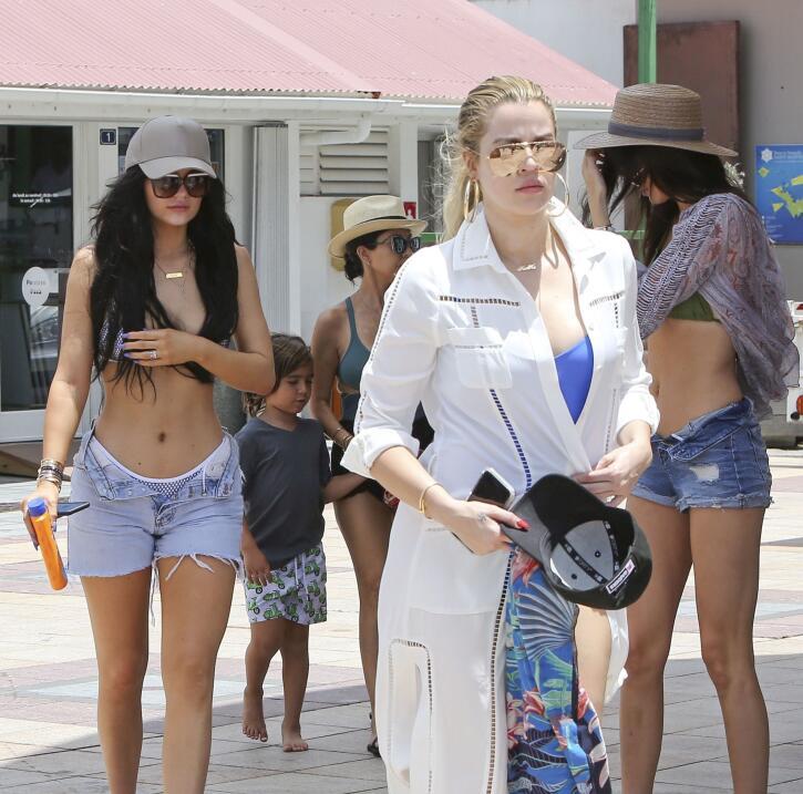 Las chicas siguen sus vacaciones en St. Barts con paseos en bote