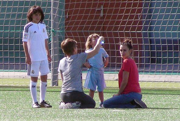 Junto a su simpático hijo estuvo jugando futbol en la ciudad deportiva d...