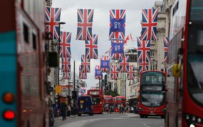 Oxford Street es una de las más transitadas calles comerciales del centr...