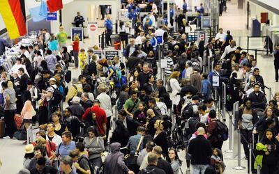 Cientos de viajeros afectados por retrasos en los vuelos en el aeropuert...