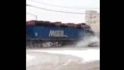 Un tren de la línea Metra se estrelló contra un auto en Des Plaines. Gra...