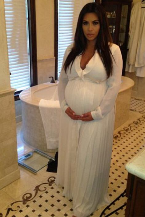 A unas semanas de convertirse en mamá Kim Kardashian sigue presumiendo s...