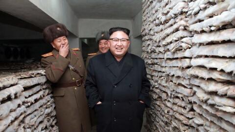 Kim Jong Un inspecciona una instalación militar en Corea del Norte.