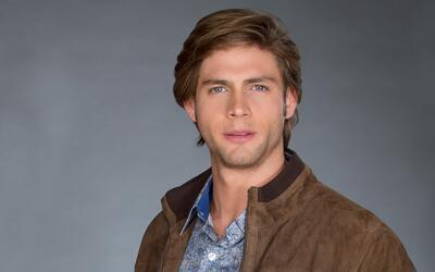Alonso Gaxiola está muy enamorado de Adriana y tiene una familia perfecta