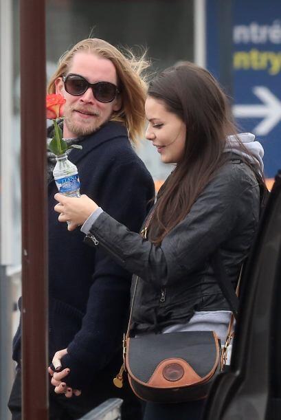 Macaulay Culkin le regaló una rosa a su chica... pero no le alcan...