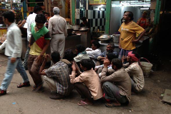 En la vieja Delhi, un grupo de gente espera para que les den comida.
