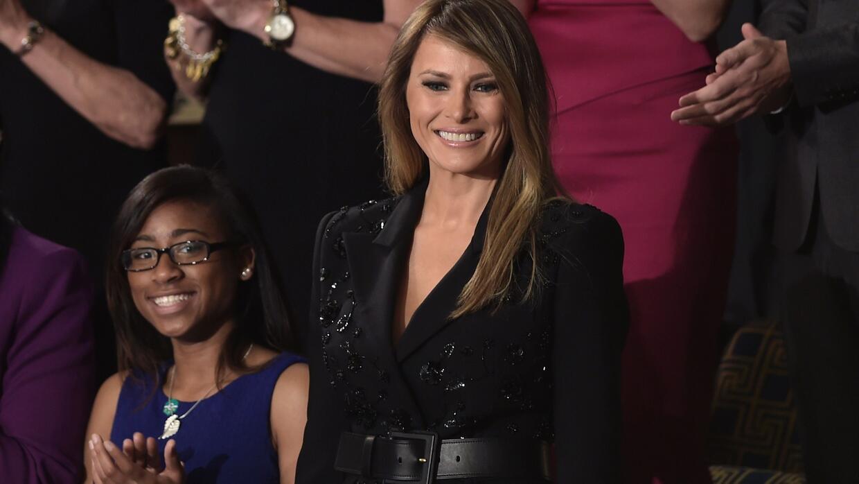 Melania Trump ingresa al pleno del Congreso vestida de negro de pies a c...