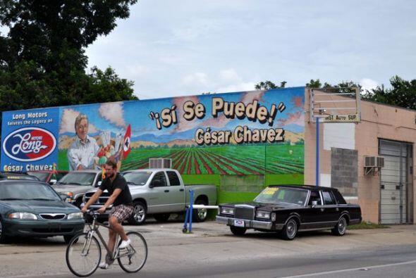 Un mural más en tributo a César Chávez, que decora el lote de autos usad...