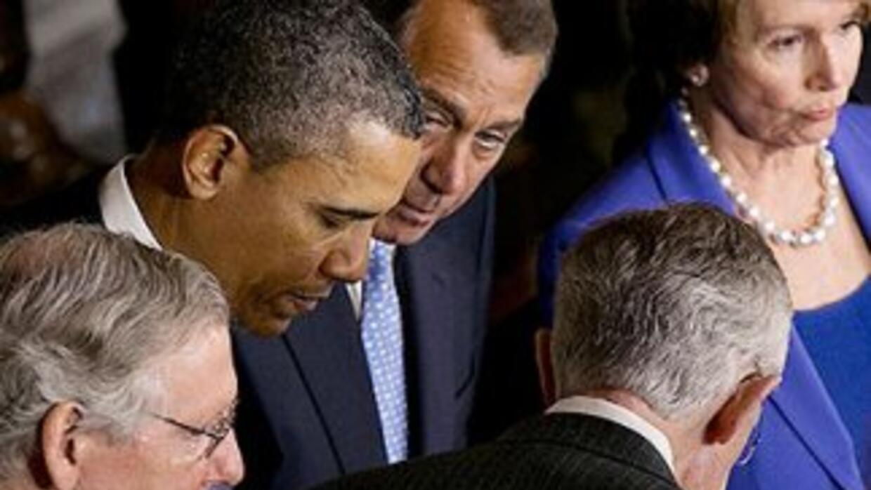 El presidente Barack Obama rodeado por el liderazgo del Congreso. El sen...