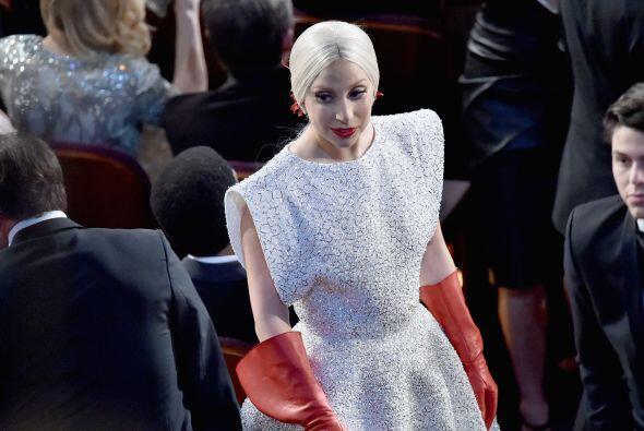 Lady Gaga lista para fregar los baños... ¡Mentira! Los guantes sólo eran...