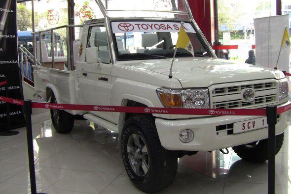 Toyota Land Cruiser: Tiene tres asientos, dos para obispos y uno para el...