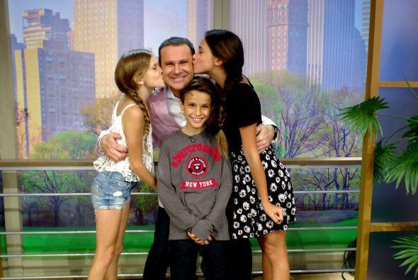 Hannah, Nicole y Alex llenaron de besos a su papá.