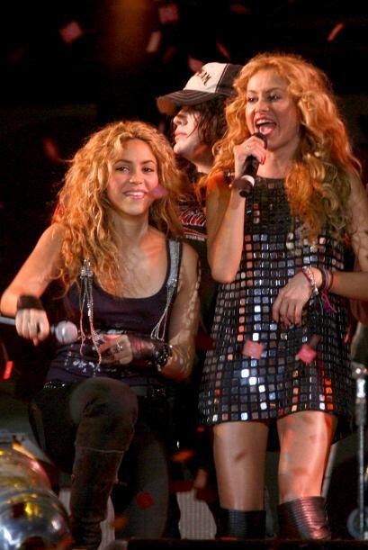 Ya más crecida, al lado de Shakira.