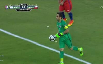 Uyy!! Lionel Andrés Messi dispara y para el portero