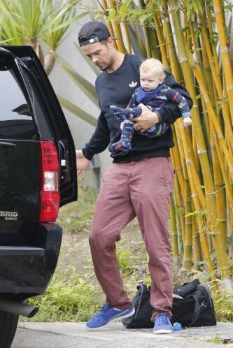 Muy cuidadoso bajó del coche a su hijito.Mira aquí los videos más chismo...