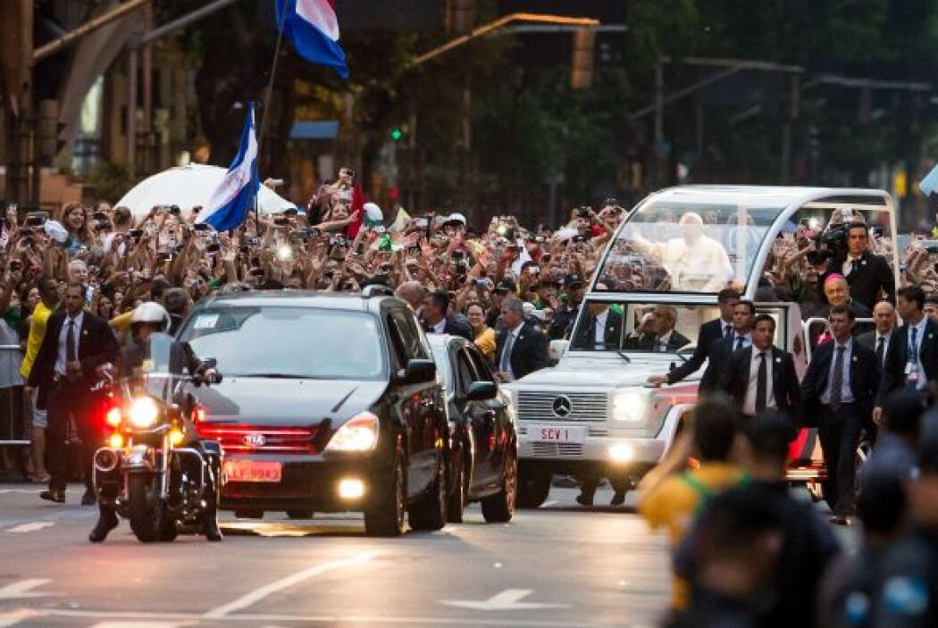 El pontífice abrió la ventana del vehículo blindado que lo transportó de...