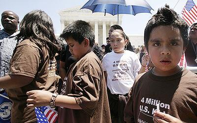 Un grupo de niños ciudadanos estadounidenses hijos de madres indo...